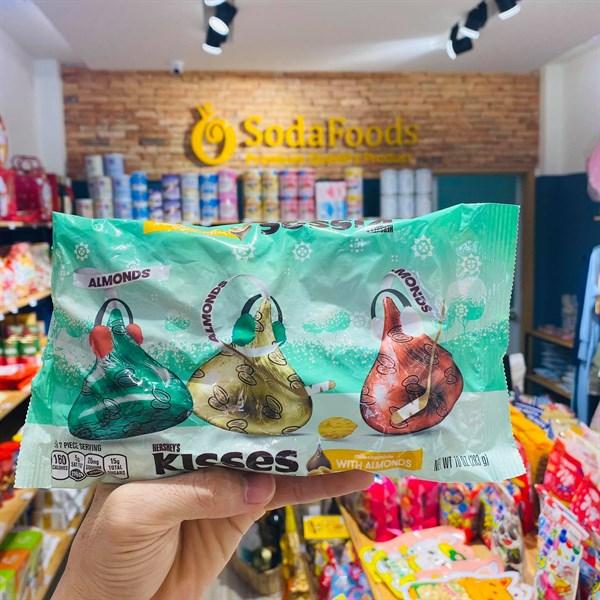 Socola Kisses phiên bản Giáng sinh gói 283gr Milk Chocolate With Almonds