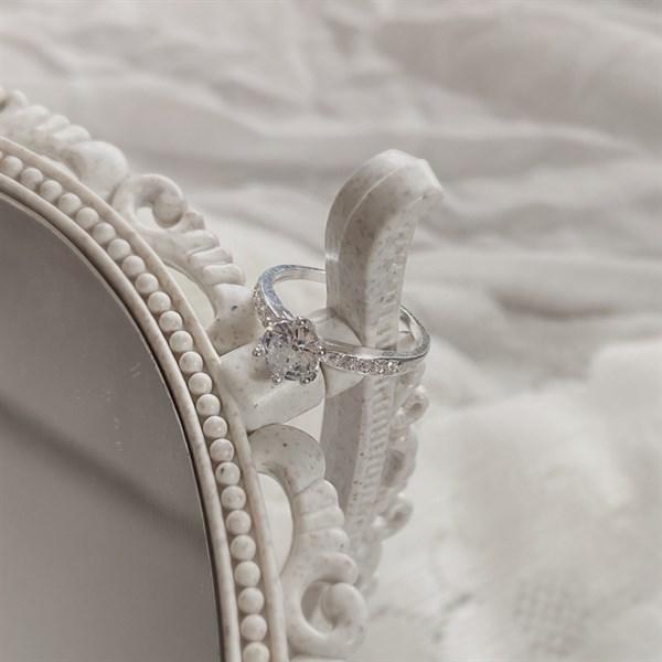 Sparkling Diamond Minimal Ring